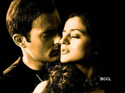 Why amisha patel want to come near akshay khanna?